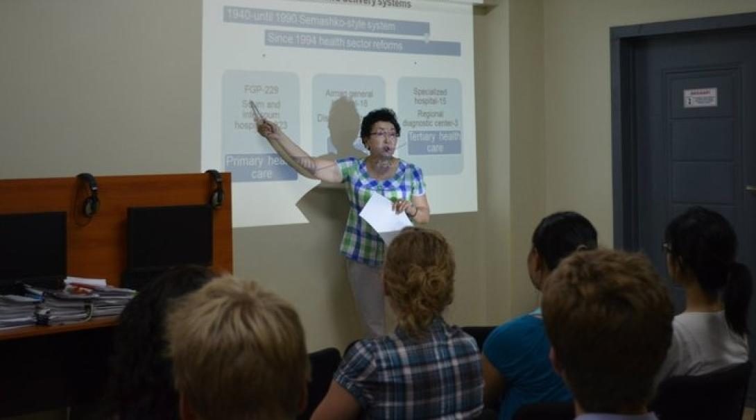 モンゴルでのワークショップ出席して医療を学習する高校生ボランティア